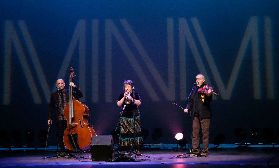 Eguiluz Trio (Stéphane Diamantakiou, Géraldine Eguiluz, Jean René) during the Le cabaret qui ruisselle concert, as part of the Montréal / Nouvelles Musiques 2021 festival. [Photograph: Céline Côté, Montréal (Québec), February 24, 2021]