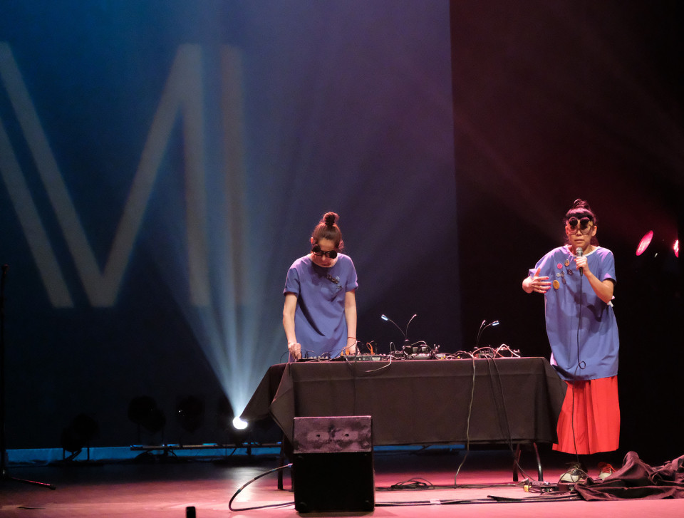 Tamayugé (Tamara Filyavich, Maya Kuroki) during the Le cabaret qui ruisselle concert, as part of the Montréal / Nouvelles Musiques 2021 festival. [Photograph: Céline Côté, Montréal (Québec), February 24, 2021]