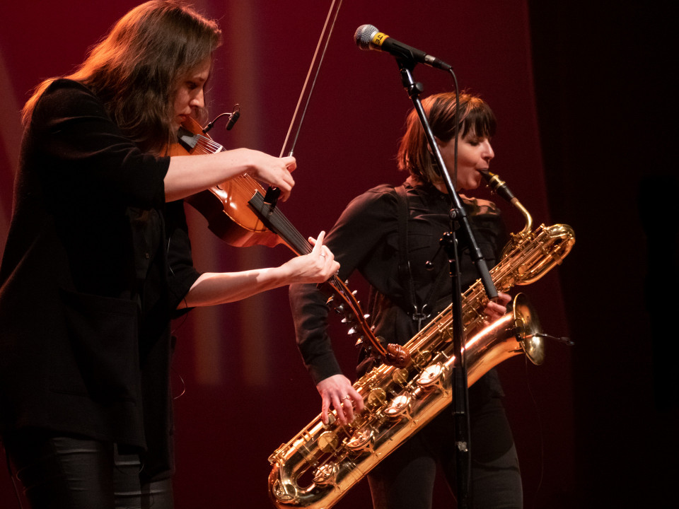 Jennifer Thiessen & Ida Toninato during the Le cabaret qui ruisselle concert, as part of the Montréal / Nouvelles Musiques 2021 festival. [Photograph: Jérôme Bertrand, Montréal (Québec), February 24, 2021]