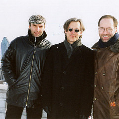 Hans Tutschku and John Young, guest composers for the Rien à voir (10) event, frame Robert Normandeau at Mont-Royal's Belvedère sud [Montréal (Québec), December 16, 2001]