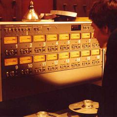 Patrick Ascione pendant la composition de Espaces-paradoxes, première pièce en 16 pistes réelles, Studio 116-A du GRM [Photo: Dominique Navet, Paris (France), 1988]
