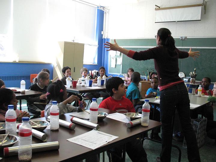 Magali Babin dirigeant une classe [Photograph: Céline Côté, Montréal (Québec), 2008]