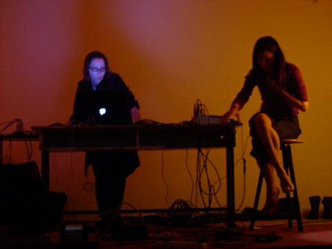 Magali Babin et i8u en performance au Bootlab [Photo: Alexis O'Hara, Berlin (Allemagne), février 2004]