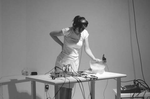 Magali Babin en performance à la Galerie Rad'a [Photo: Guy L'Heureux, Montréal (Québec), mai 2003]