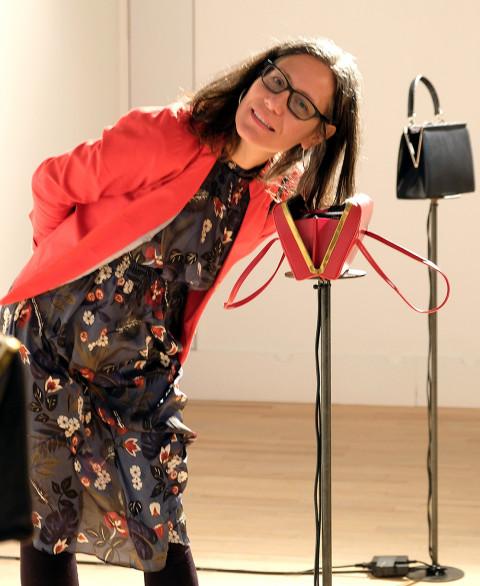 Magali Babin à l'écoute de son installation [Photo: Céline Côté, Montréal (Québec), 1 décembre 2018]