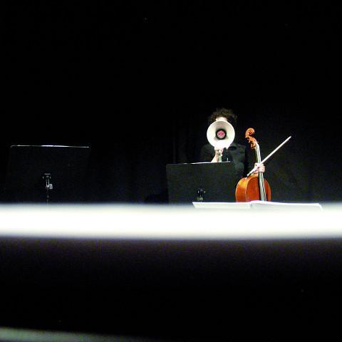 Isabelle Bozzini interprétant Le mensonge et l'identité de Jean Derome et Joane Hétu [Montréal (Québec), 2 avril 2008]