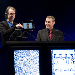 Pierre Alexandre Tremblay (sur l'écran d'un iPad tenu par Jean-François Denis) acceptant le Prix Opus 2010-11 du «Disque de l'année — musiques actuelle, électroacoustique» lors du 15e Gala des Prix Opus à la Salle Bourgie à Montréal. L'animateur de la soirée est Mario Paquet (à droite) [Photo: CQM, Montréal (Québec), 29 janvier 2012]