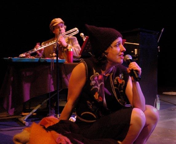 Jean Derome et Nathalie Derome lors du spectacle «Les temps qui courent, 20 ans de paroles tenues» au Théâtre La Chapelle [Photo: Luc Senécal, Montréal (Québec), 24 avril 2008]