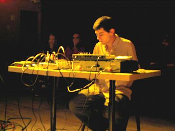 A_dontigny en concert, La Sala Rossa [Photo: James Schidlowsky, Montréal (Québec), 1 septembre 2004]