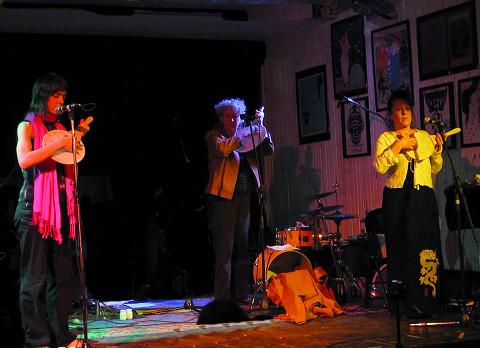 Susanna Hood; Danielle Palardy Roger; Joane Hétu interpreted the piece Mon olivine [Photograph: Céline Côté, Montréal (Québec), February 26, 2013]