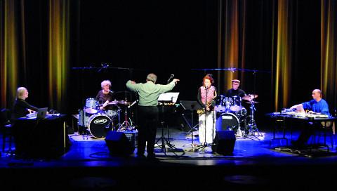 Ensemble SuperMusique (ESM) en concert au Festival des musiques de création (FMC) (de gauche à droite: Diane Labrosse; Danielle Palardy Roger; Joane Hétu; Pierre Tanguay; Martin Tétreault et Jean Derome, chef) [Photo: Jonathan , Jonquière (Québec), 18 mai 2013]