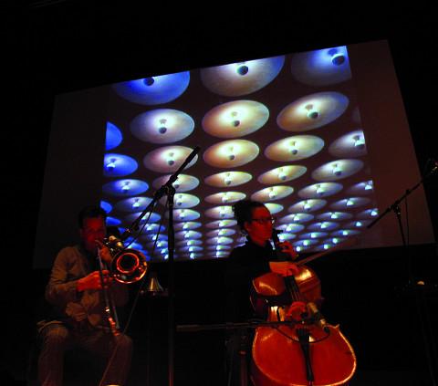 Les musiciens Scott Thomson et Émilie Girard-Charest de l'Ensemble SuperMusique (ESM) au concert de Machinaction [Photo: Robin Pineda Gould, Montréal (Québec), 14 novembre 2013]