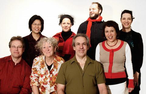 De gauche à droite à l'arrière: Alissa Cheung; Isabelle Bozzini; Isaiah Ceccarelli; Stéphanie Bozzini; à l'avant Clemens Merkel; Danielle Palardy Roger; Jean Derome; Joane Hétu [Photo: Céline Côté, Montréal (Québec), 11 février 2015]