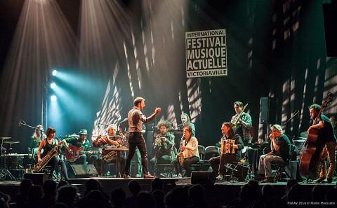 Au FIMAV 2016, l'Ensemble SuperMusique (ESM) et le  dirigés par  de France. 1e rangée: Ida Toninato; ; Jean Derome; Éric Normand (caché); ; Joane Hétu; ; ; ; 2e rangée: ; ; Martin Tétreault (caché); Scott Thomson; Isaiah Ceccarelli (caché); direction:  [Photo: Martin Morisette, Victoriaville (Québec), 2016]