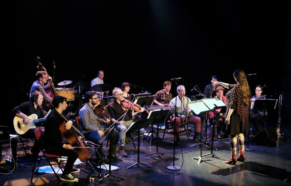 L'Ensemble SuperMusique (ESM), sous la direction de Lisa Cay Miller, interprète la pièce Water Carrier [Photo: Céline Côté, Montréal (Québec), 6 avril 2017]