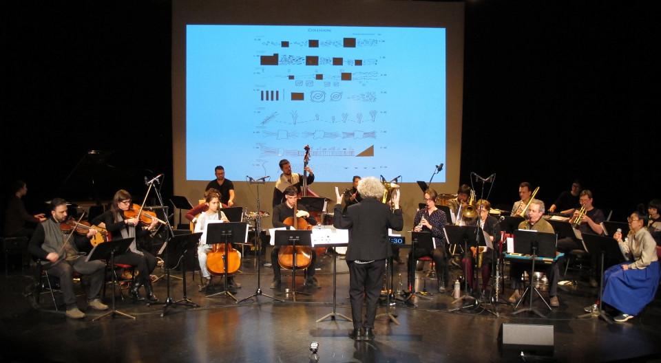 L'Ensemble SuperMusique (ESM), lors de l'atelier public, interprète la pièce Collision dirigée par Danielle Palardy Roger [Photo: Céline Côté, Montréal (Québec), 7 mai 2017]