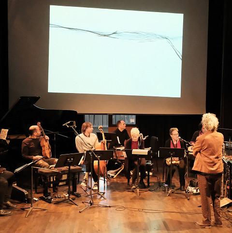 Discussion autour de la partition pendant l'atelier [Photograph: Céline Côté, Montréal (Québec), November 3, 2019]