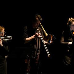 Ensemble SuperMusique (ESM) interpréte lors du concert Spationautes la pièce Voyage en Tétronie de Ana Dall'Ara-Majek, Ida Toninato [Photo: Céline Côté, Montréal (Québec), 10 avril 2019]