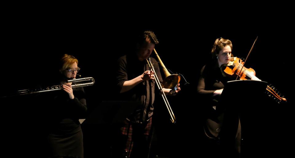 Ensemble SuperMusique (ESM) performs at Spationautes concert the Ana Dall'Ara-Majek, Ida Toninato's Voyage en Tétronie piece [Photograph: Céline Côté, Montréal (Québec), April 10, 2019]