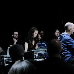 Terri Hron à la console lors de l'interprétation de sa pièce Manhattan Bridge par l'Ensemble SuperMusique (ESM) [Photo: Céline Côté, Montréal (Québec), 10 avril 2019]