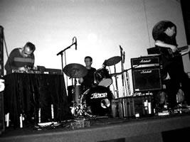 Foodsoon: Fabrizio Gilardino, Alexander MacSween, Bernard Falaise en concert à l'XM 24, Bologna (Italie) [Photo: Andrea Amadasi, Bologne (Italie), 10 octobre 2006]