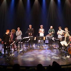 Jean-Luc Guionnet (complètement à gauche) et le Grand groupe régional d'improvisation libérée (GGRIL) au salut de la fin du concert [Photo: Céline Côté, Montréal (Québec), 7 avril 2019]