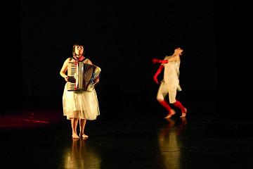 Alice Tougas St-Jak, Susanna Hood, in the piece S'la couler douce [Photo: Jean-Claude Désinor, Montréal (Québec), October 27, 2010]