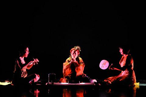 Susanna Hood, Joane Hétu, Alice Tougas St-Jak, dans le tableau Territoire [Photo: Sandra Fotozone, Montréal (Québec), 27 octobre 2010]
