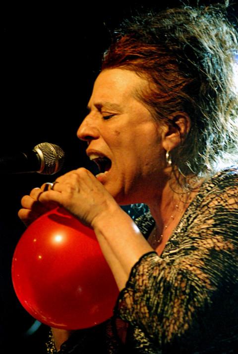 Joane Hétu in concert at the Festival des musiques de création de Jonquière, 2011, with Nous perçons les oreilles [Jonquière (Québec), May 27, 2011]