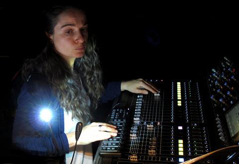 Terri Hron à la diffusion sonore lors de son concert Portrait Collection [Photo: Céline Côté, Montréal (Québec), 8 juin 2016]