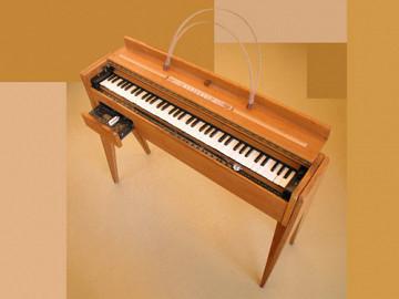 Ondes Martenot, 1976 (7e génération depuis 1928; 1e génération transistorisée); instrument de Suzanne Binet-Audet. 3/38 [Photo: Luc Beauchemin, Boucherville (Québec), avril 2005]
