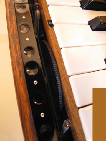 Ondes Martenot, 1976 (7e génération depuis 1928; 1e génération transistorisée); instrument de Suzanne Binet-Audet. 5/38 [Photo: Luc Beauchemin, Boucherville (Québec), avril 2005]