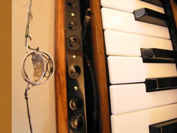 Ondes Martenot, 1976 (7e génération depuis 1928; 1e génération transistorisée); instrument de Suzanne Binet-Audet. 6/38 [Photo: Luc Beauchemin, Boucherville (Québec), avril 2005]
