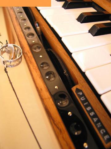Ondes Martenot, 1976 (7e génération depuis 1928; 1e génération transistorisée); instrument de Suzanne Binet-Audet. 8/38 [Photo: Luc Beauchemin, Boucherville (Québec), avril 2005]