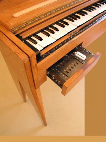Ondes Martenot, 1976 (7e génération depuis 1928; 1e génération transistorisée); instrument de Suzanne Binet-Audet. 9/38 [Photo: Luc Beauchemin, Boucherville (Québec), avril 2005]