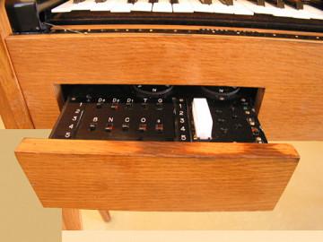 Ondes Martenot, 1976 (7e génération depuis 1928; 1e génération transistorisée); instrument de Suzanne Binet-Audet. 10/38 [Photo: Luc Beauchemin, Boucherville (Québec), avril 2005]