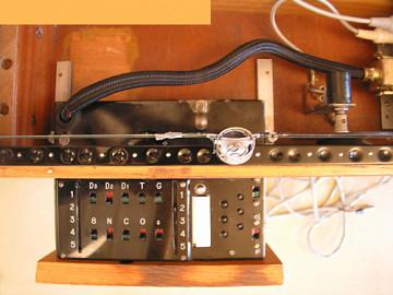 Ondes Martenot, 1976 (7e génération depuis 1928; 1e génération transistorisée); instrument de Suzanne Binet-Audet. 12/38 [Photo: Luc Beauchemin, Boucherville (Québec), avril 2005]