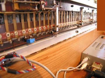 Ondes Martenot, 1976 (7e génération depuis 1928; 1e génération transistorisée); instrument de Suzanne Binet-Audet. 17/38 [Photo: Luc Beauchemin, Boucherville (Québec), avril 2005]