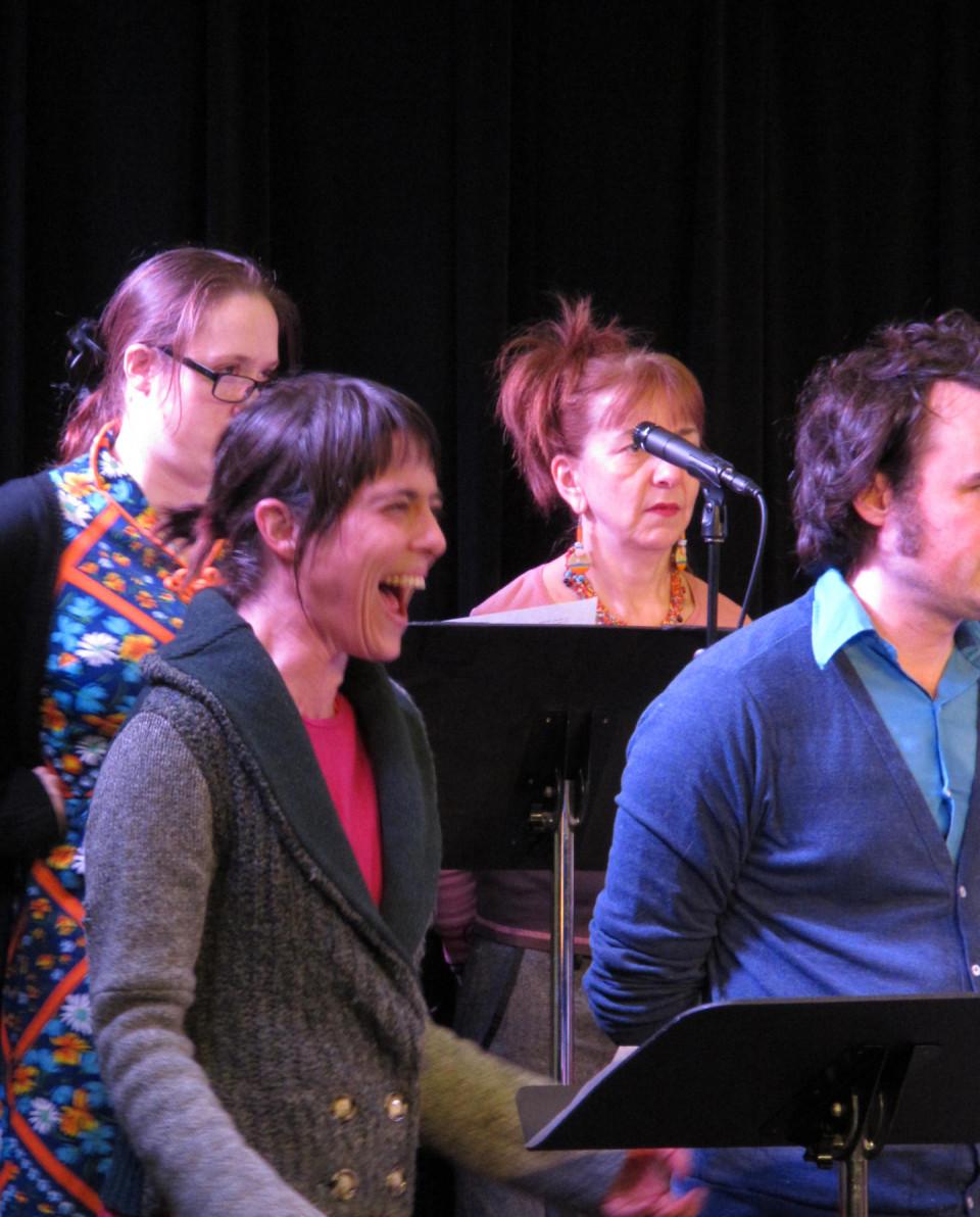 Elizabeth Lima; Susanna Hood; Kathy Kennedy; Alexandre St-Onge chantant dans la chorale Chorale Joker [Photo: Céline Côté, Montréal (Québec), 1 mars 2013]