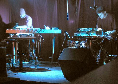 morceaux_de_machines in concert, O Patro Vys [Photo: James Schidlowsky, Montréal (Québec), November 25, 2004]