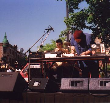 morceaux_de_machines en concert extérieur sur l'avenue du Mont-Royal [Photo: James Schidlowsky, Montréal (Québec), 7 juin 2002]