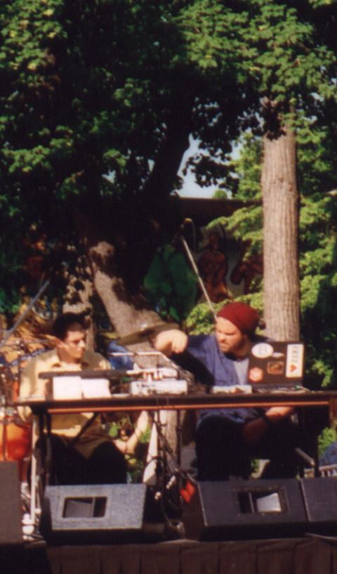 morceaux_de_machines' outdoor concert on du Mont-Royal avenue [Photo: James Schidlowsky, Montréal (Québec), June 7, 2002]