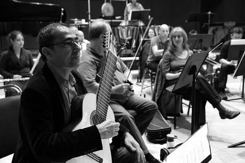 Le Nouvel ensemble moderne (NEM) en répétition du concert Soirée concertos. À l'avant-plan, le guitariste , un des solistes de ce concert [Photograph: Catherine Peillon, Montréal (Québec), September 27, 2012]