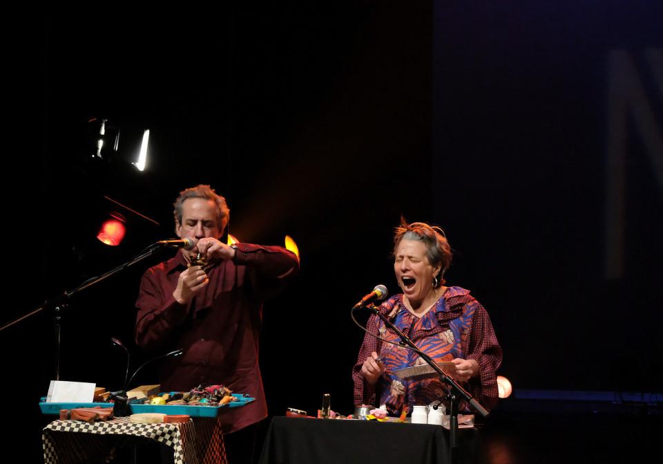 Nous perçons les oreilles (Jean Derome, Joane Hétu) lors du concert Le cabaret qui ruisselle, dans le cadre du festival Montréal / Nouvelles Musiques 2021. [Photo: Céline Côté, Montréal (Québec), 24 février 2021]