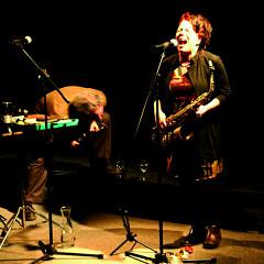 Nous perçons les oreilles (Jean Derome, Joane Hétu) en concert à Montréal [Photo: Jean-Claude Désinor, Montréal (Québec), 10 mars 2010]