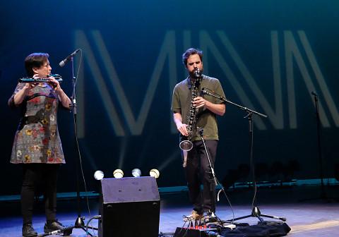 Cléo Palacio-Quintin & Philippe Lauzier during the Le cabaret qui ruisselle concert, as part of the Montréal / Nouvelles Musiques 2021 festival. [Photograph: Céline Côté, Montréal (Québec), February 24, 2021]