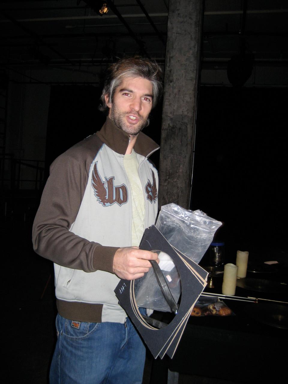 Alexandre Péloquin en répétition pour le spectacle Y'a du bruit dans ma cabane de Productions SuperMusique [Photo: Joane Hétu, décembre 2008]