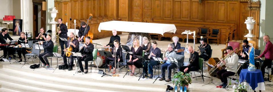 Ensemble SuperMusique (ESM) and Orchestre de musique expérimentale du DOC (OMEDOC) perform the piece Tags of Joane Hétu [Photograph: Céline Côté, Montréal (Québec), June 12, 2019]