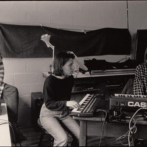 Les Poules, en répétition; apparaissant sur la photo: Danielle Palardy Roger, Joane Hétu, Diane Labrosse [Photograph: Suzanne Girard, 1986]