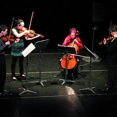 Quatuor Bozzini interprétant le premier mouvement de la pièce Le mensonge et l'identité de Jean Derome et Joane Hétu [Photo: Bruno Massenet, Montréal (Québec), 21 février 2010]